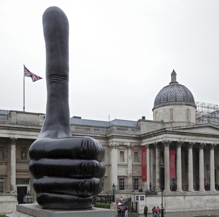 david-shrigley-giant-thumb-fourth-plinth-london-trafalgar-square-designboom-01